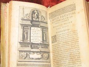 Inicio del primer libro con ilustración en honor de Tito Livio