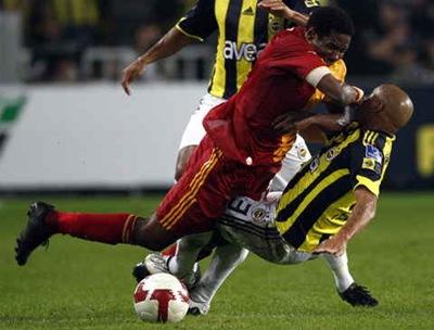 El jugador del Galatasaray Ivorian Abdul Kader Keita (i) golpea a su rival del Fenerbahce, el brasileño Roberto Carlos. Fuente EFE.