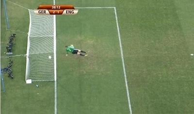 La pelota traspasa por completo la línea de gol en portería de Alemania