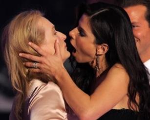Meryl Streep y Sandra Bullock se besan en premio 1