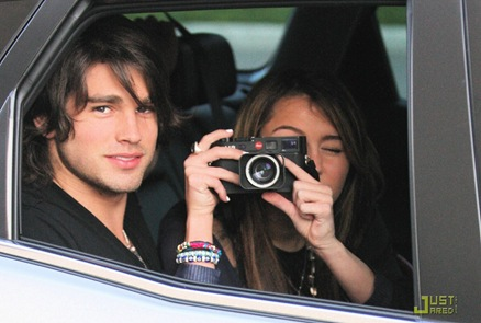 miley-cyrus-justin-gaston-taking-pictures-06