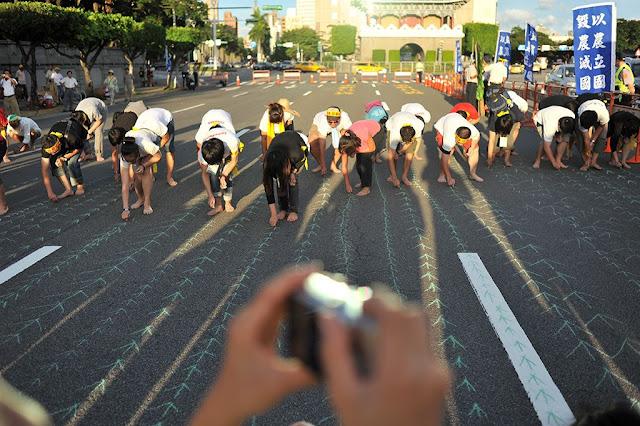 南藝大學生以粉筆種稻。圖:陳錦桐