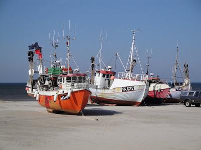 Algunos de los barcos frente al rompeolas