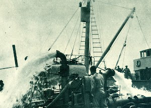 Una vez en posición, potentes bombas, con capacidad para 3.000 toneladashora, comienzan a achicar el casco del buque. Del libro COMISION DE LA ARMADA PARA SALVAMENTO DE BUQUES.jpg