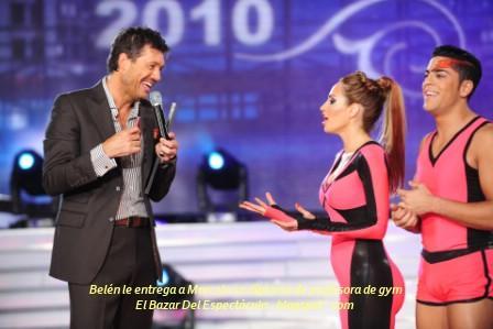 Belén le entrega a Marcelo su diploma de profesora de gym.JPG