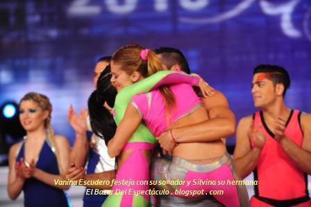 Vanina Escudero festeja con su so¤ador y Silvina su hermana.JPG
