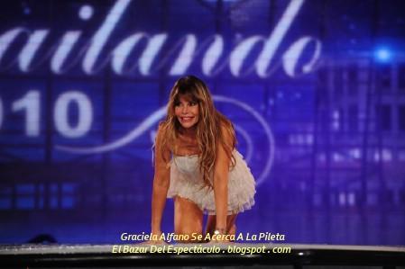 Graciela Alfano Se Acerca A La Pileta.jpg