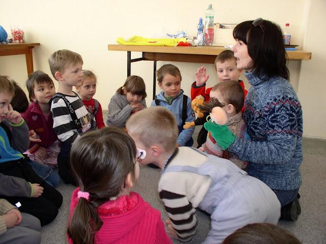 Martina Pavlikánová foglalkozik a gyerekekkel