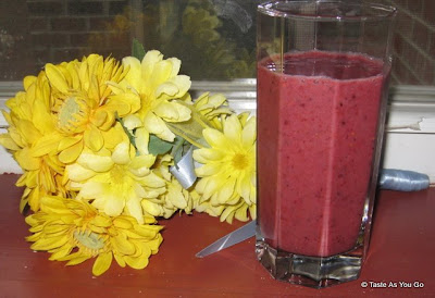 Simple-Mixed-Berry-Smoothie-tasteasyougo.com