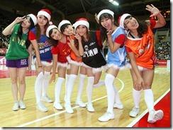 國立體育大學七位競技啦啦隊美眉身穿SBL七隊隊服,活力引領開幕