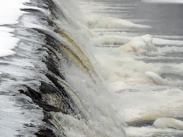 ice at the top of the Madrid dam