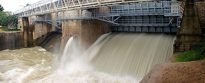 Desembalse en la presa de Arcos