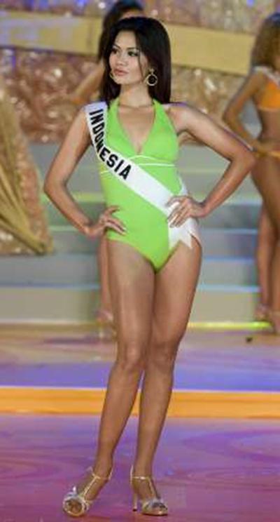 putri raemawasti in green bikini