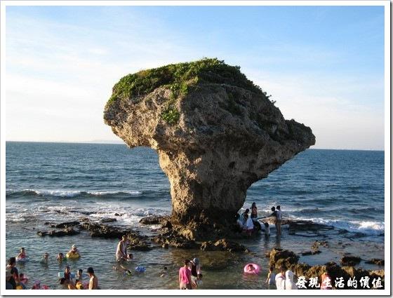 【花瓶岩】附近也可以玩水。