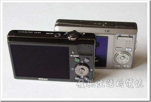 S640 背面的功能選鈕比 S550 少了兩個拉近/拉遠的按鈕,因為這兩個功能已經與快門按鈕結合了,只要搬動快門按鈕往左或往右就可以把鏡頭拉近或拉遠,個人覺得這樣反而比較好操作,Canon 的相機好像都是這樣的設計。