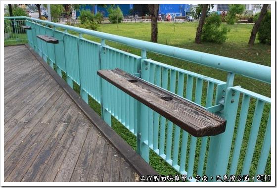 巴克禮紀念公園前公車亭旁的手扶欄杆。