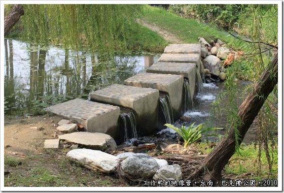 巴克禮紀念公園,公園內有條小溪,水是活的,也是螢火蟲的復育池,潺潺的流水,頗有詩情畫意的感覺!