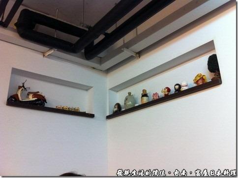 台南富屋日本料理,龕牆上還擺有各式的古董瓷器娃娃,還有一兩偉仕牌呢!