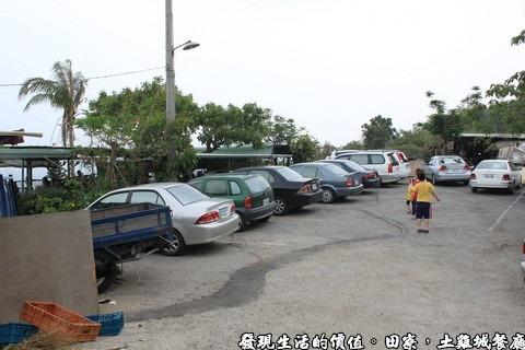 田寮,嘉新採石場,陳甚土雞,看停車場上停滿了小轎車與休旅車就知道生意有多好,這還不是全部的車子。