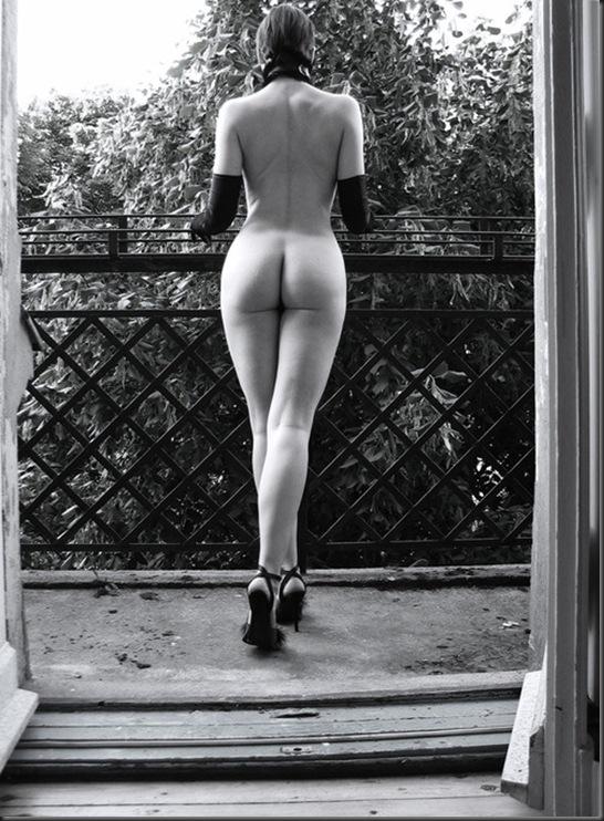 nude_window_girl
