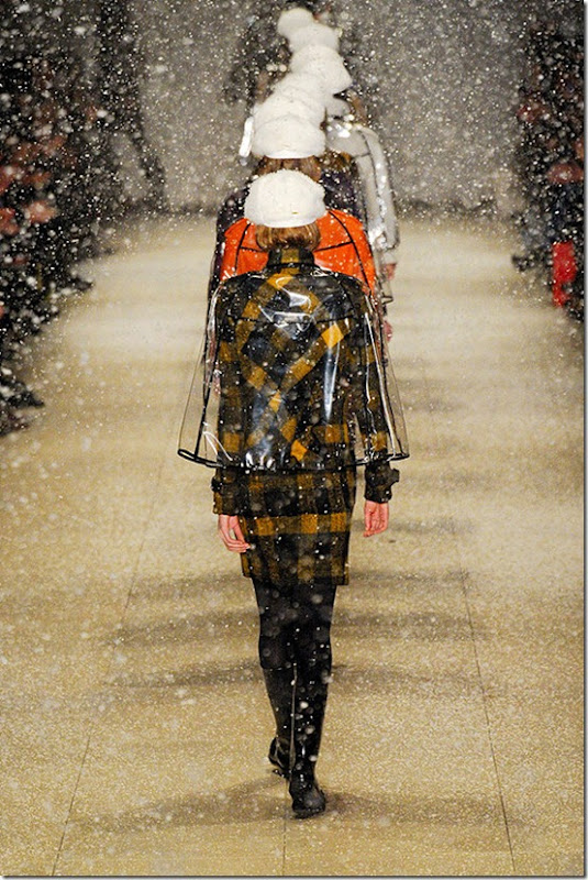BURBERRY-PRORSUM-FALL-2011-RTW-PODIUM-064_runway