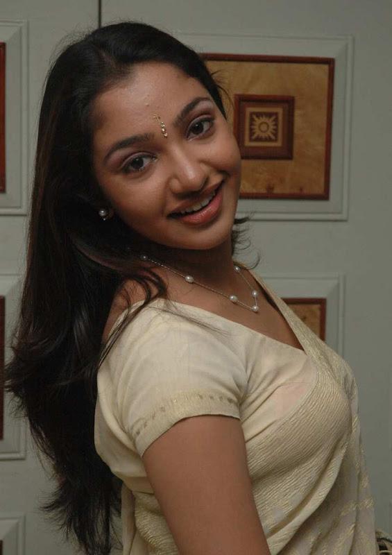 tamil-actress-maya-unni-in-saree-stills_actressinsareephotos_blogspot_com_34