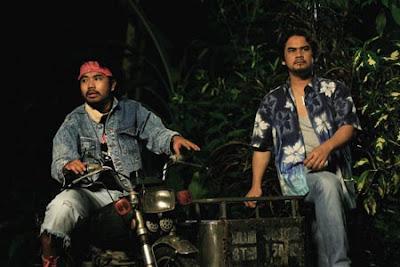 Awie dan Johan dalam filem Hantu Kak Limah Balik Kampung
