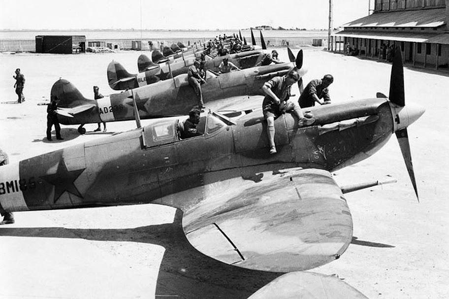 Подготовка британских истребителей «Спитфайр», поставленных по лен-лизу, для передачи советской стороне.