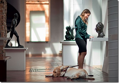 Foto de Daniela Kovacs e seu cão-guia Bacher
