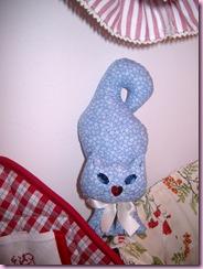 gattino fermaporta fiorellini azzurri