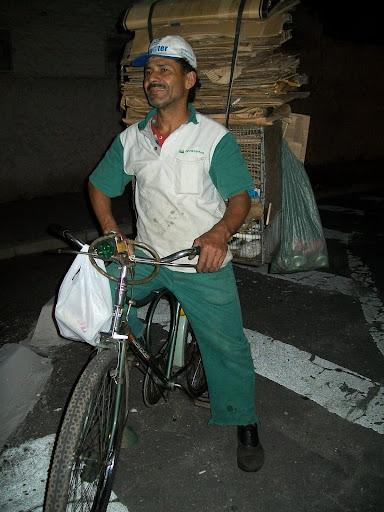 Seo Zé, pedala das 6h às 23h catando papelão. Foto: Pedalante