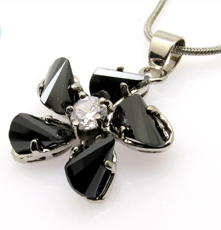 diamond-crystal-pendant-necklaces-10003285.jpg