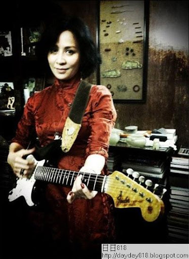 劉嘉玲自曝過年新照 穿大紅旗袍彈吉他玩混搭