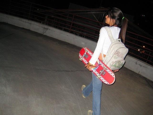 [morena com skate na mao[2].jpg]