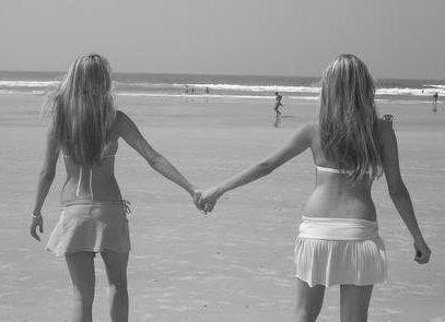 [amigas de costas na praia[2].jpg]