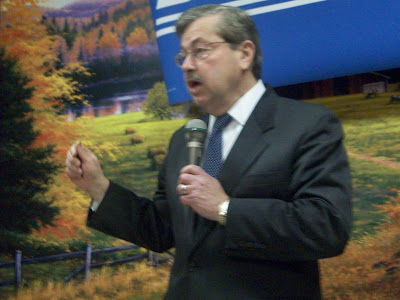 Branstad at Frontier Family Restaurant in Washington (KCII NEWS)