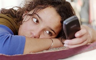 girl-bed-texting