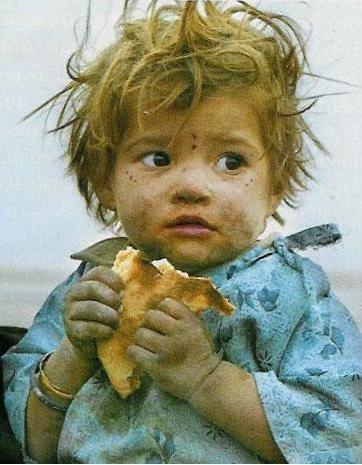 criança comendo pao