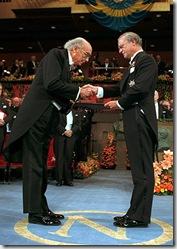 Saramago recibiendo el Nobel