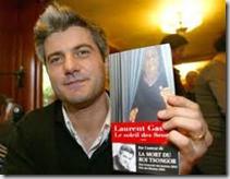 """Laurent Gaudé muestra un ejemplar de """"El sol de los Scorta"""""""