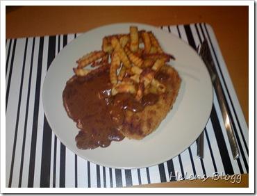 Schnitzlar med pommes och brun sås.