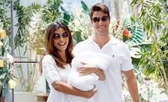 _Juliana Paz e o marido saem da maternidade