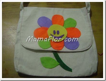 Como decorar una cartera con flores de felpa