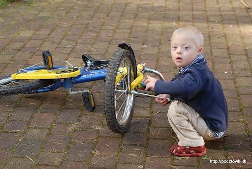 Kiedy Pawełek nie jeździł na swoim rowerze zajmował się nim ochoczo nasz mechanik: 13-tka się zawsze przyda