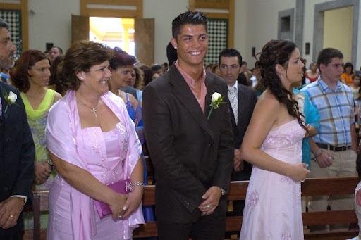 http://lh3.ggpht.com/_iWMJcoCyrD8/THpENauLWmI/AAAAAAAABTU/xtLaqM7sz14/c-ronaldo-with-his-family-cristiano-ronaldo-6771516-600-400.jpg