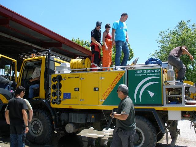 Voluntarios de Proteccion Civil Benalmadena, en las clases practicas, aprendiendo el uso de los camiones y mangas, asi como de las herramientas de uso manual, palas, picos, etc...