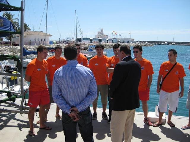 Grupo de Voluntarios de Protección Civil, hablando con el Exmo. Sr. Alcalde y el Sr. Concejal de Protección Civil.