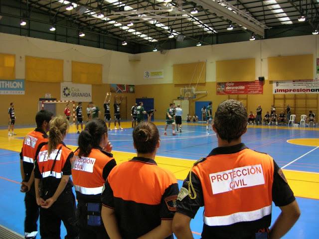 Voluntarios de Protección Civil Benalmádena atentos al desarrollo del partido.