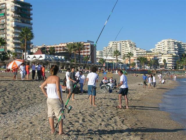 Cañas de pesca, situadas en la orilla durante el Torneo.