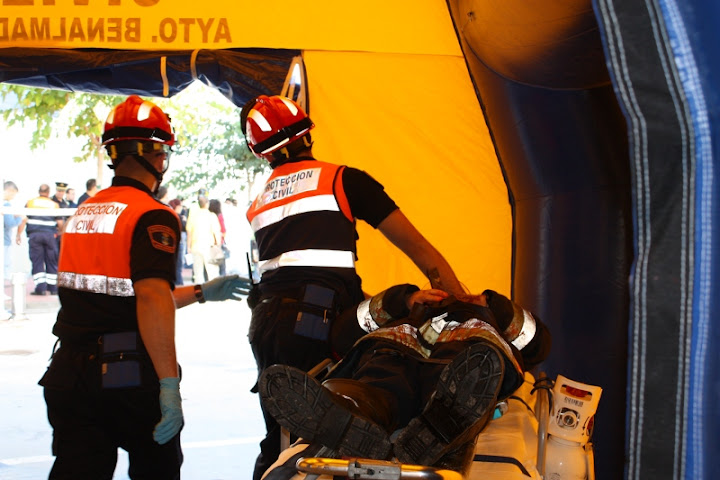 Voluntarios de Protección Civil Benalmádena, atendiendo a una victima dentro del PMA